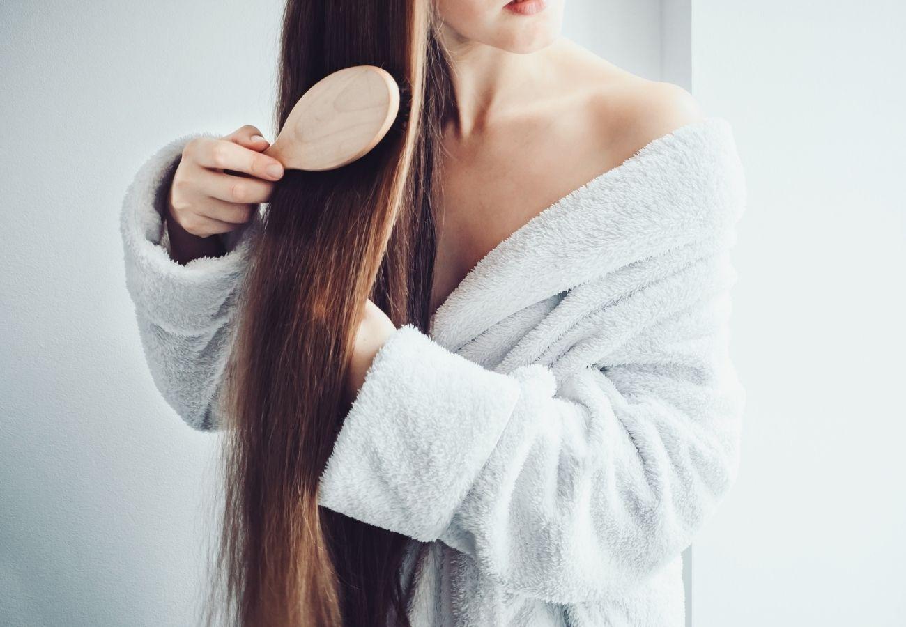 odpowiednie szkotkowanie pozwoli wygładzić włosy bez prostownicy